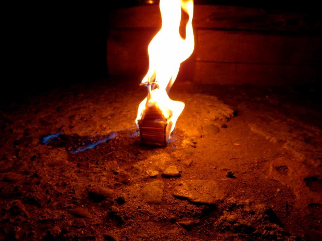 загорелся дом с женщиной внутри