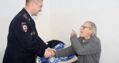 В Опарино полицейские вернули пенсионеру похищенные у него деньги